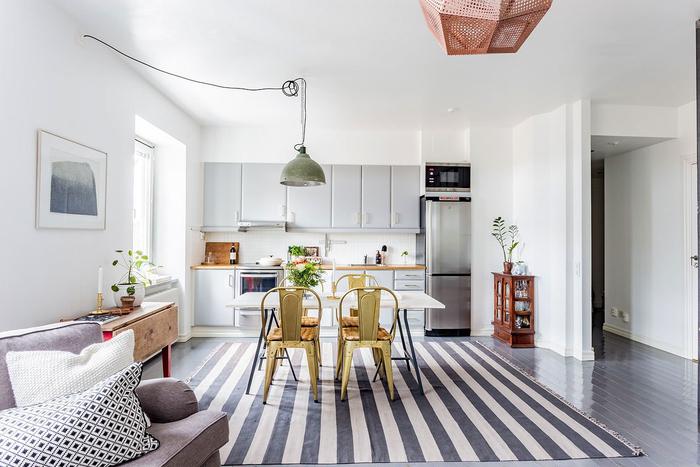cuisine gris pâle mat aménagée en longueur, mélangeant les styles scandinave et industriel grâce au choix des couleurs et des matières