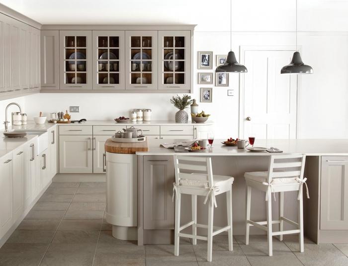 une ambiance apaisante et sereine dans une cuisine grise et blanche équipée d'un îlot aux formes arrondies