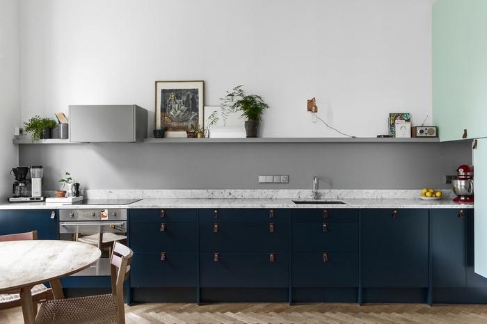 une cuisine moderne grise et bleu canard de style scandinave, au design épuré et minimaliste