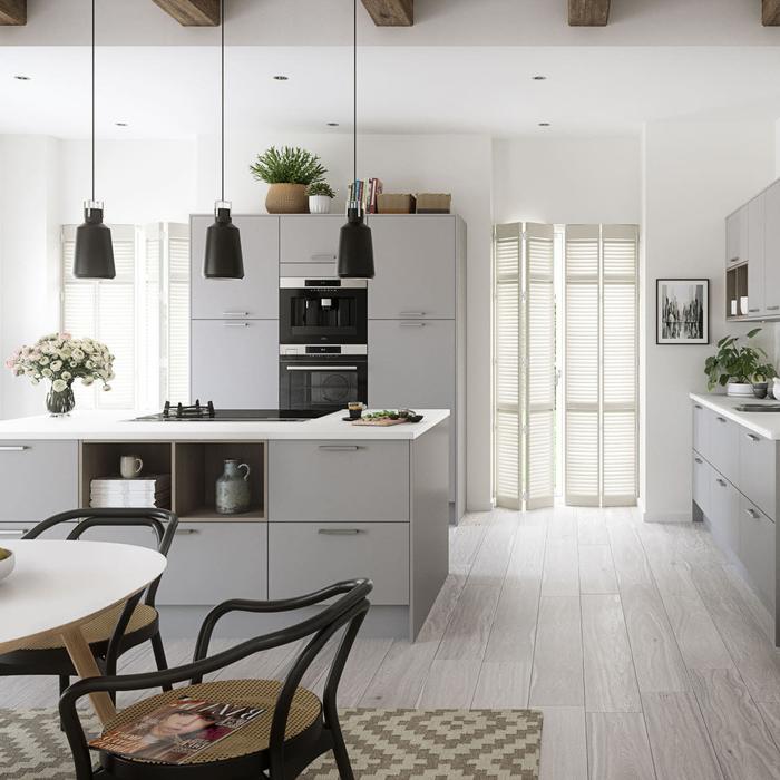 une cuisine grise moderne et fonctionnelle avec des meubles gris mat aux multiples rangements et des touches de noir et bois pour un aspect chic