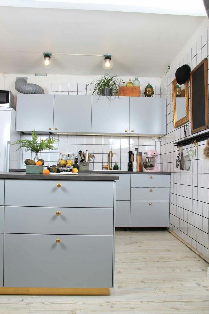 cuisine grise et blanche d'esprit scandinave et vintage sublimée par un carrelage de faïence blanc et par quelques accents en laiton