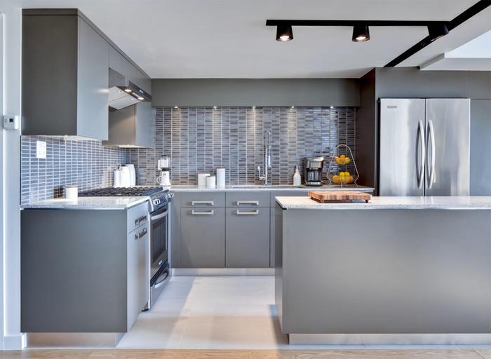 idée pour une cuisine moderne grise au look total gris associant des meubles en finition matte à une crédence en carrelage