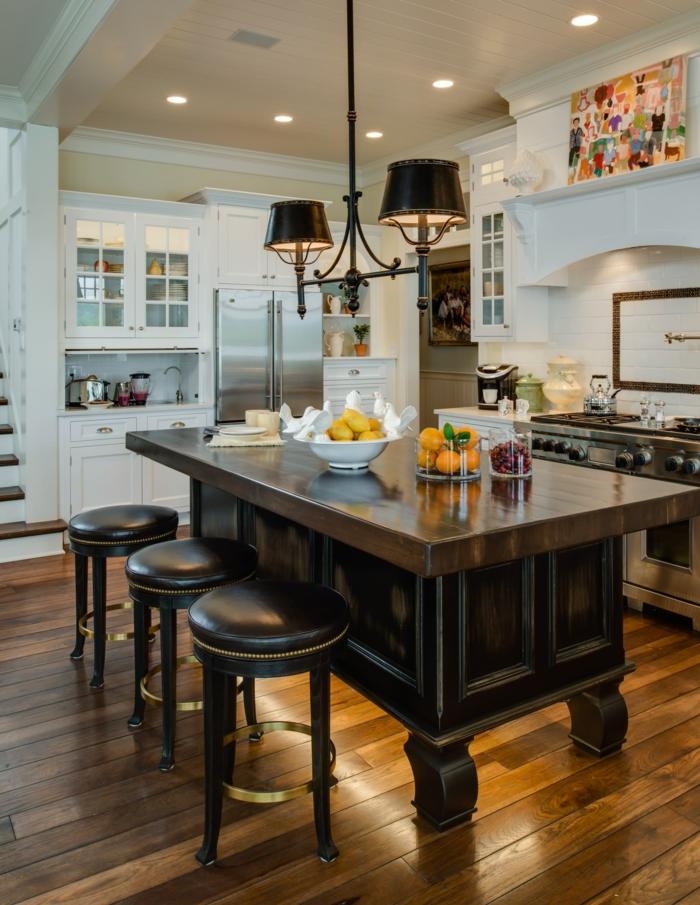 cuisine chic, plan de travail ilot central, tabourets en cuir, sol en bois, plafonnier noir, murs et cabinets blancs