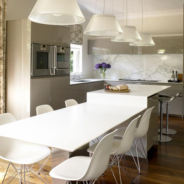 plan de travail avec prolongation blanche, lampes suspendues blanches, petite cuisine en l