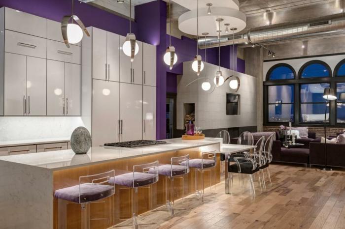 cuisine avec îlot central table, grand ilot de cuisine en bois et blanc, lampes pendantes, chaises et tabourets acryliques