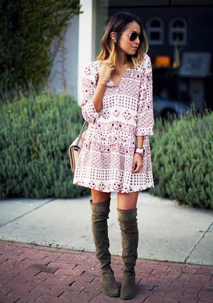 Robe longue ete femme robe boheme dentelle style hippie mode idée tenue blanc et rose motifs cuissards hautes bottes tenue printemps