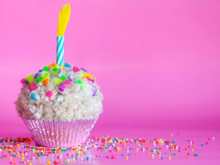 faire un pompon avec une fourchette, modèle de cupcake non comestible fait à la base de boule de laine blanche