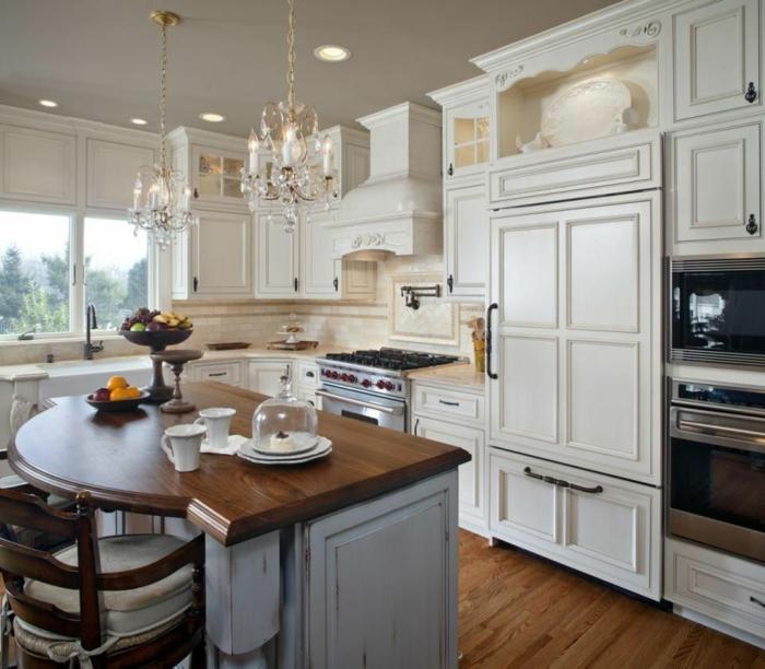 ilot central de cuisine, sol en bois, placards blancs, plafonniers en cristal, cuisine en l