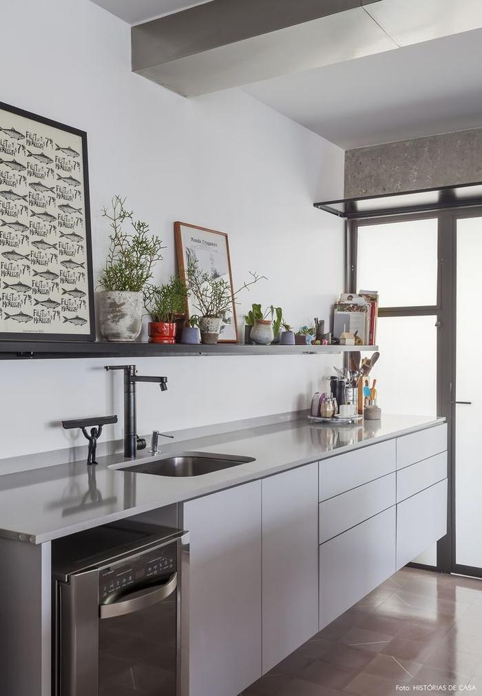 cuisine grise moderne suspendue aux lignes épurées sans meubles hauts, avec une étagère ouverte grise pour un aspect minimaliste