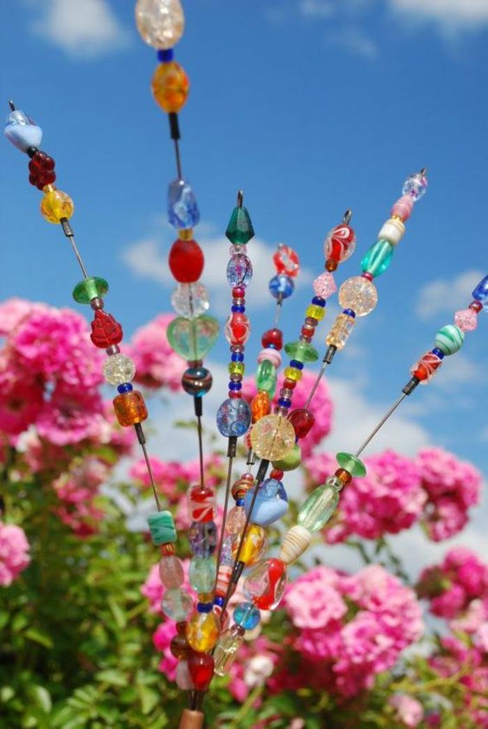des accessoires hauts en couleurs parmi les fleurs, faites-les vous-même, décorer son jardin, pelouse rendu gaie et brillante avec des éléments scintillants