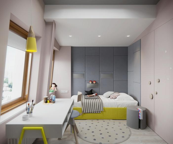 chambre d'enfant mansardée, tapis rond couleur crème a pois gris, parquet PVC blanc, armoire rose, decoration murale design en forme de panneaux gris isolement bruit