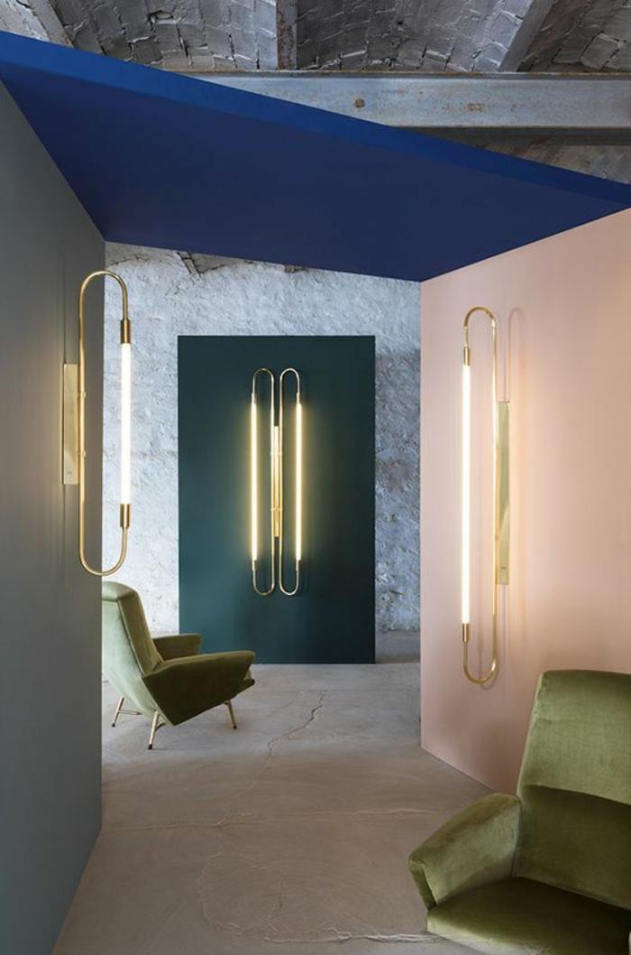 déco murale avec des corps luminaires, idee deco mur, habiller un mur de lumière, un pan de mur en couleur diverse, mur en gris clair, mur en pêche, mur en vert canard, plafond en bleu roi, carrelage en couleur ivoire