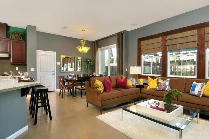 sofa marron, table basse en verre, bar de cuisine et tabourets noirs, decoration peinture salon en gris