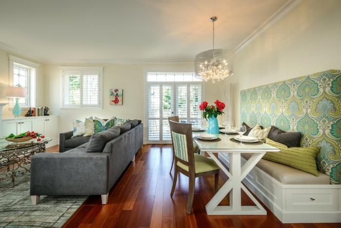 deco salle a manger tendance, sol en bois, table blanche, banquette de table, grand canapé gris, tapis gris