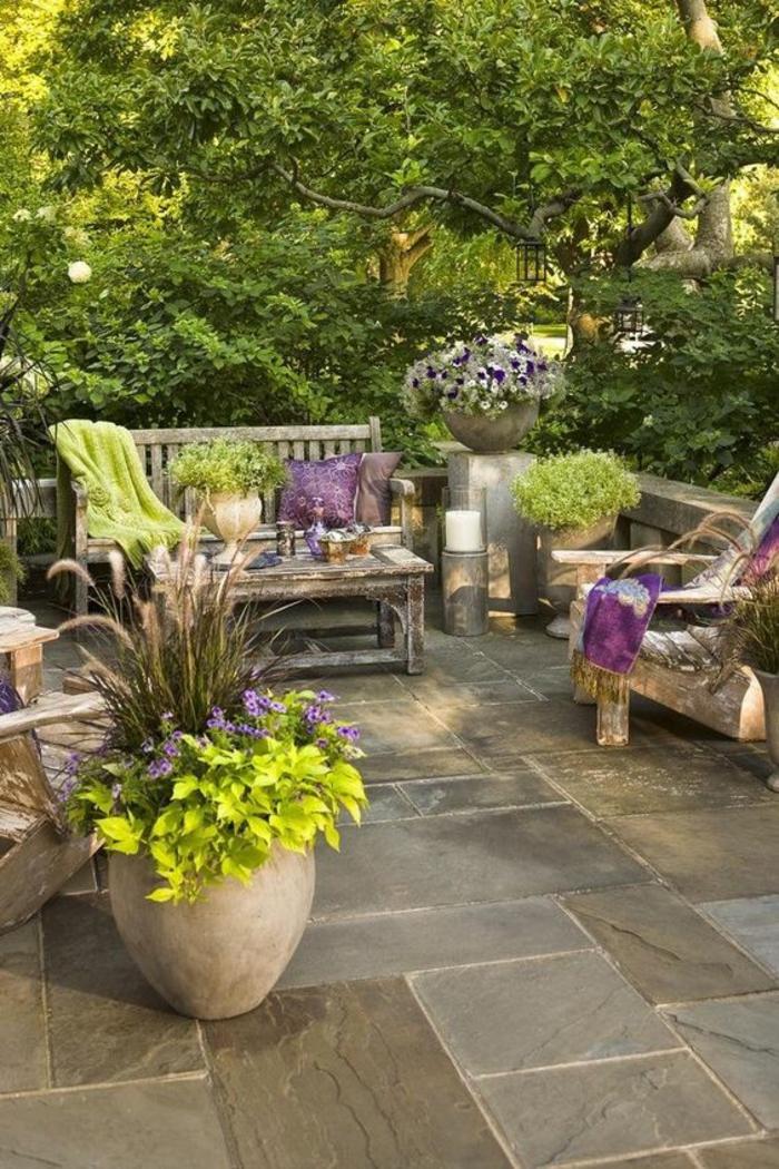 un jardin zen en style classique avec des pots en terre cuite, décorer son jardin pour la nouvelle saison du 2018, ambiance minimaliste