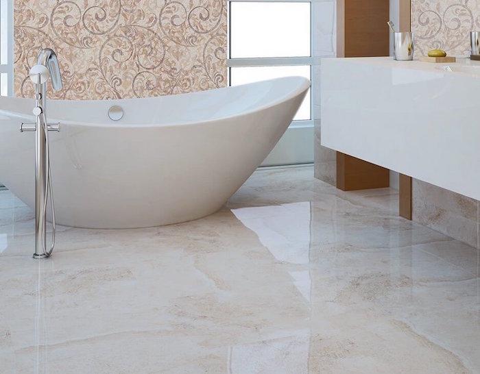 salle de bain moderne avec baignoire ilot en banane et sol en marbre clair brillant