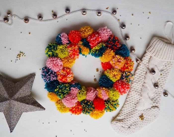 objets décoratifs pour ambiance de noel festive avec guirlande en boules métallique et couronne de noel en pompons