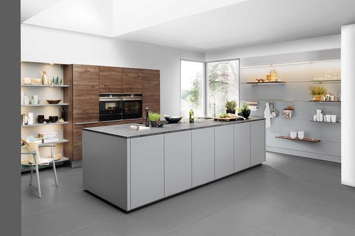 une cuisine design avec îlot central , quelle couleur pour les murs d'une cuisine grise claire