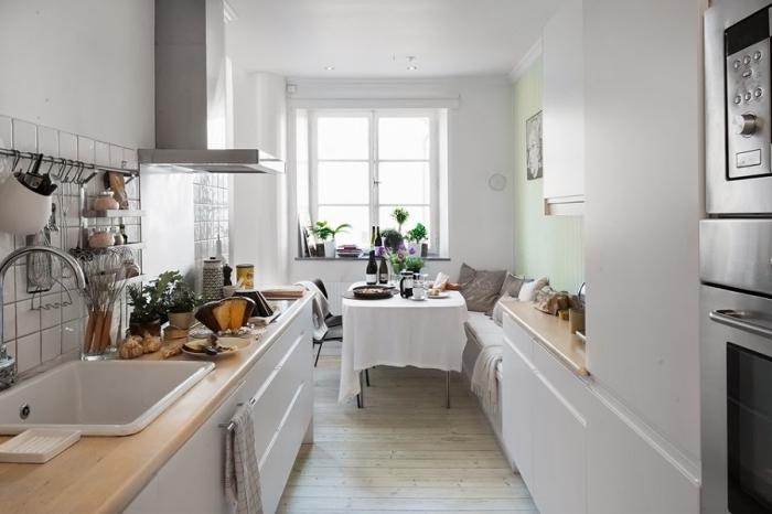 aménagement petite cuisine avec meubles de bois blanc et comptoir en bois clair, déco de style campagne aux couleurs claires