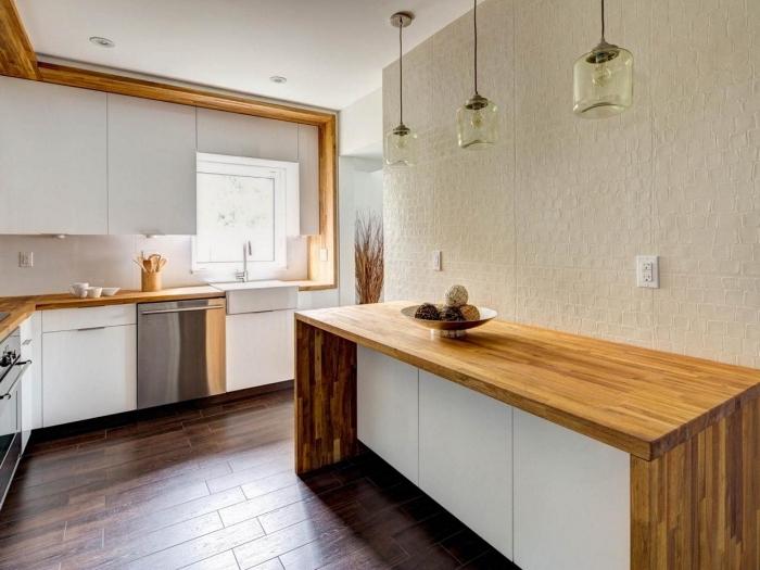 comment aménager une cuisine blanche avec meubles et finitions de bois massif marron pour créer une ambiance chaleureuse