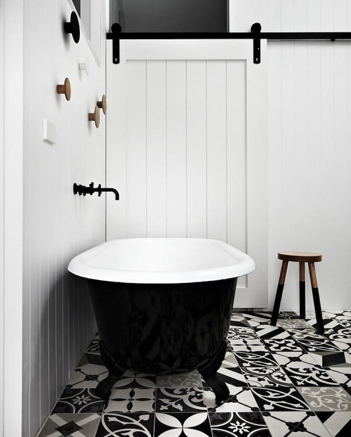 idée de carrelage salle de bain graphique noir et blanc pour déco style scandinave minimaliste