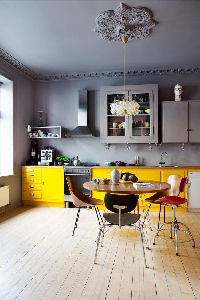 cuisine éclectique gris et jaune soleil pour un joli effet acidulé, quelle couleurs pour les murs d une cuisine gris et jaune