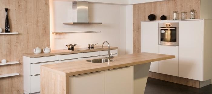 idée aménagement de cuisine moderne aux murs blancs avec meubles blancs et bois, modèle de rangement horizontal avec étagères de bois clair