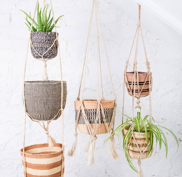 comment décorer son intérieur en style bohème chic avec plantes vertes, modèle de suspension florale réalisé avec la technique macramé