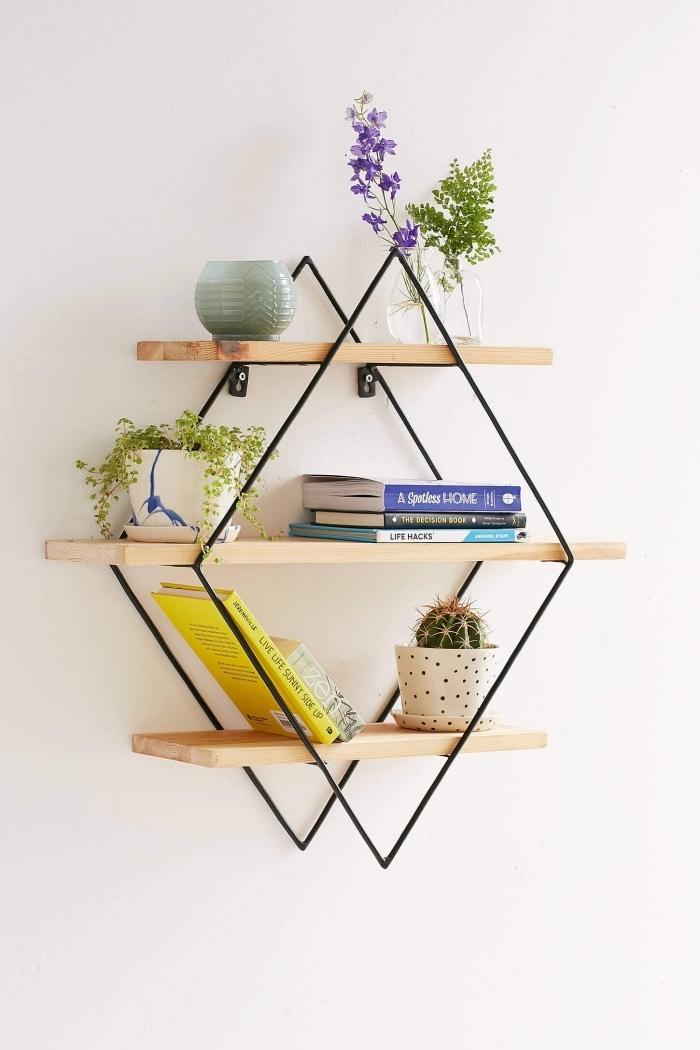 choisir un meuble de rangement fonctionnel pour décorer les murs à la maison, modèle d'étagère en forme géométrique de bois et fer forgé