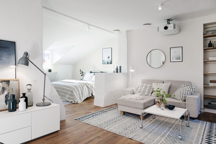 superbe idée aménagement studio à zones différentes, déco claire et accueillante aux murs blancs et plancher de bois stratifié