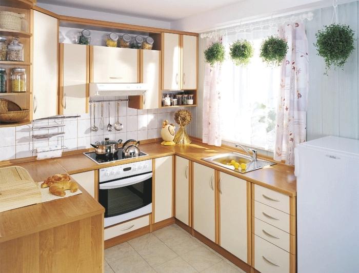 aménagement de petite cuisine en U avec meubles de bois blanc et marron, déco campagnarde avec rideaux courts à design floral