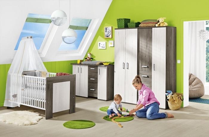 intérieur moderne aux murs verts et plafond blanc avec planche de bois stratifié et meubles de bois blanc et bois foncé