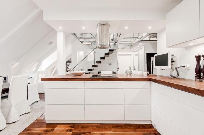 design moderne aux lignes épurées avec meubles blancs à ouverture automatique et comptoir de bois foncé