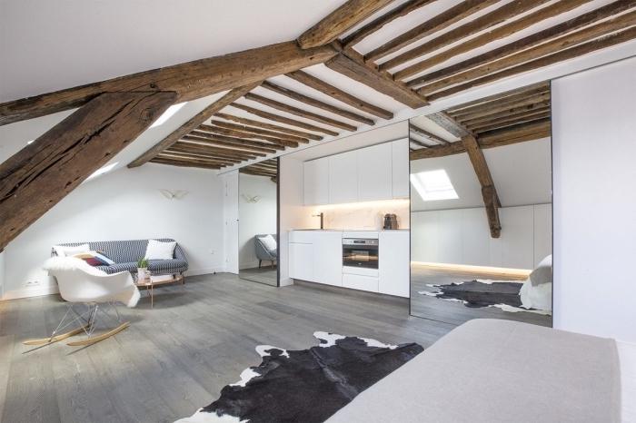réaliser une deco appartement de style rustique avec peinture murale blanche et plafond en poutres de bois massif foncé