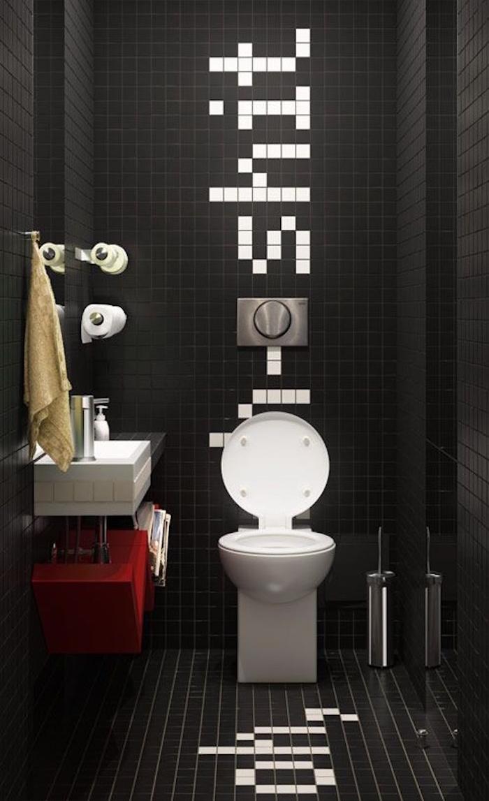 toilettes noires avec carrelage et faience sur sol et murs style moderne