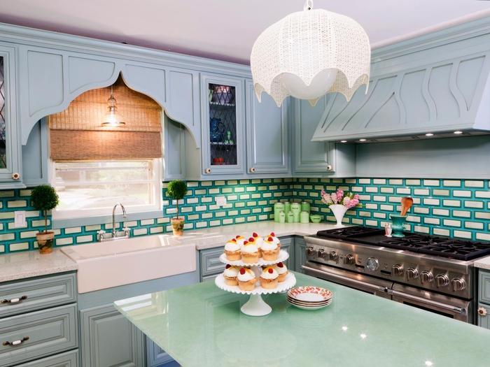 quelle couleur pour une cuisine d'air rétro, cuisine au design rétro associant la douceur du gris bleuté et du vert pastel