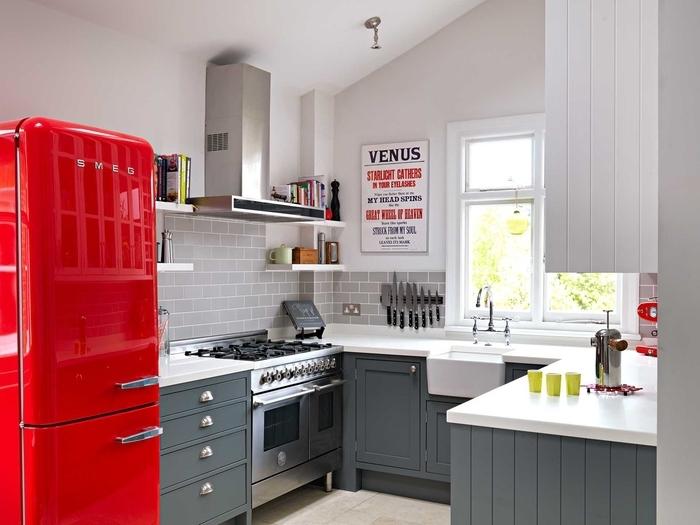 aménagement d'une petite cuisine d'esprit vintage dynamisée par quelques accents rouge, quelle couleur pour les murs d'une cuisine gris anthracite