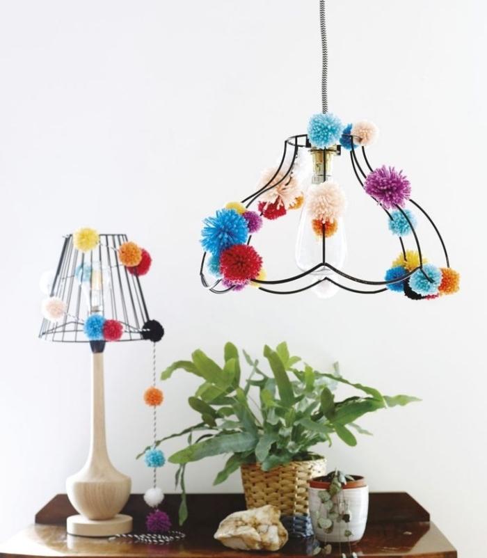 lampe suspendue et lampe de bureau en bois et fer forgé avec décoration en petites et grandes pompons fabriqués avec laine colorée