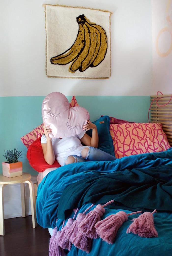 chambre pré ado fille avec mur bicolore blanc turquoise avec déco broderie banane