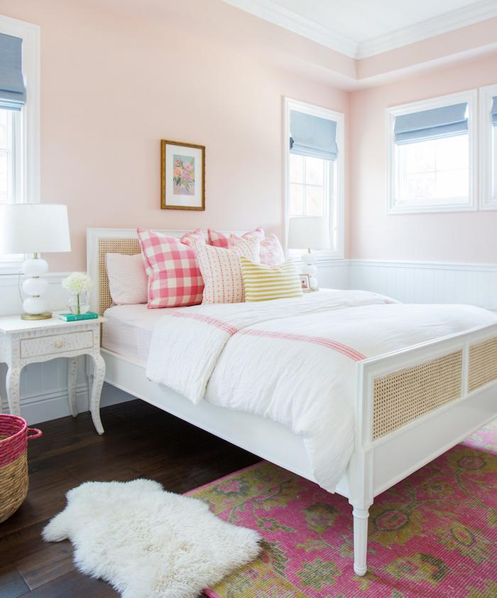 chambre fille simple et classique avec tapisserie rose saumon pale pastel et lit blanc