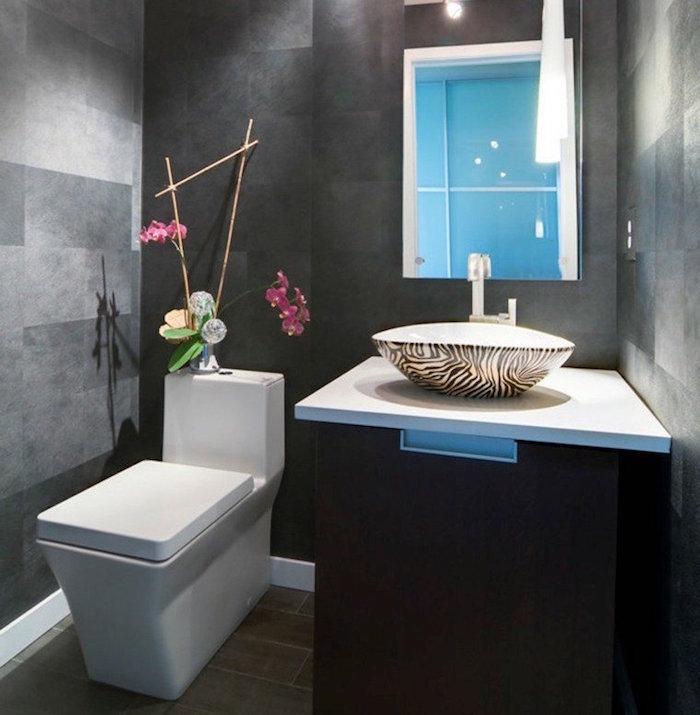 décoration de wc zen et design avec carrelage mural gris anthracite et toilettes carrées