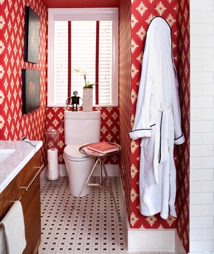 peinture toilettes idée invtage avec tapisserie rouge originale sur sol en faience