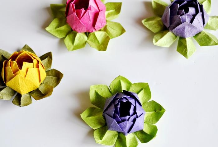 modèle d'origami fleur de lotus en papier de couleur flashy idéale pour une déco de table fleurie et gaie