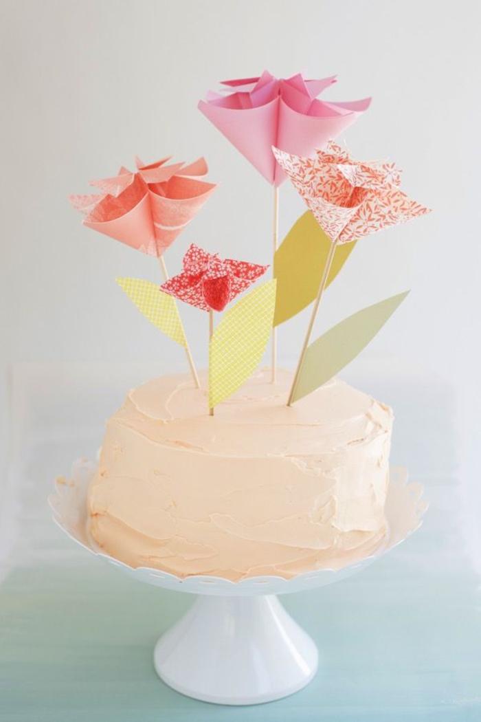 comment faire un cake topper original en origami fleur, idée pour une décoration de gâteau douce et féerique