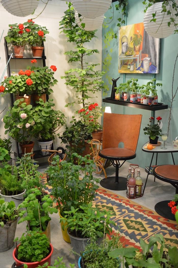 joli rangement d'espace fermé avec mobilier vintage, transformation balcon ou terrasse fermé en mini jardin urbain avec légumes