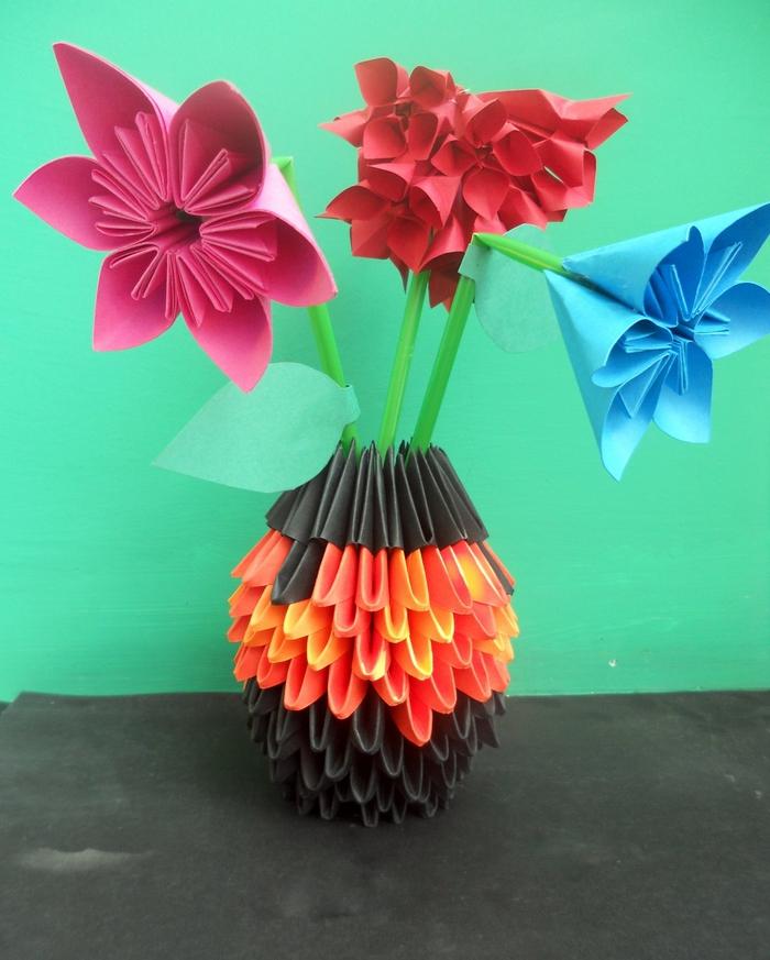 bouquet qui ne fâne pas composé de fleurs en origami très esthétique dans un vase origami