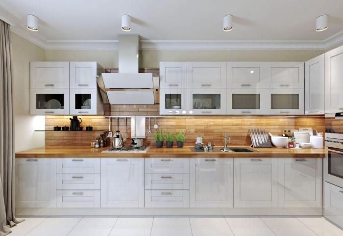 modèle de cuisine moderne aménagée en longueur avec meubles blancs laqués et plan de travail de bois clair