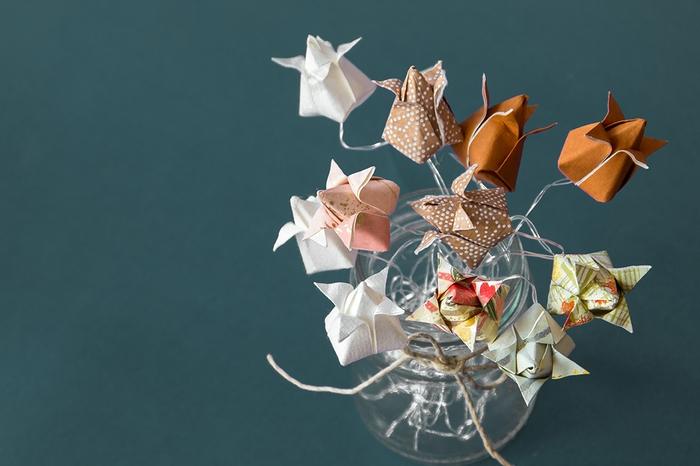 une jolie alternative à la déco de table florale ou au bouquet de mariée traditionnel, comment réaliser une fleur de tulipe en origami facile pour composer un bouquet en papier original