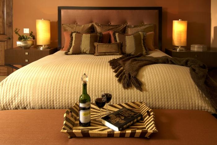 lit confortable avec couverture beige, décor chambre zen tendance, deux lampes de chevet cylindriques