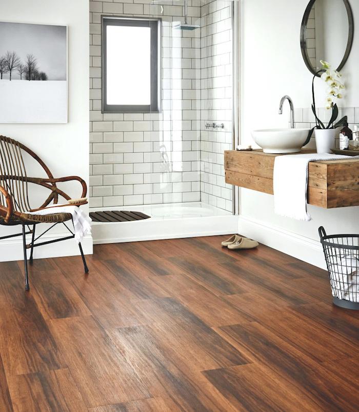 deco de salle de bain rustique avec carrelage faux bois imitation parquet foncé et meuble lavabo suspendu boisé
